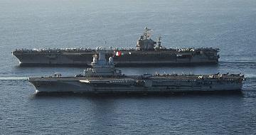 ドゴール1800px-US_Navy_101210-N-1261P-028_The_aircraft_carrier_USS_Abraham_Lincoln_(CVN_72),_back,_and_the_French_navy_aircraft_carrier_Charles_De_Gaulle_(R_91)_a